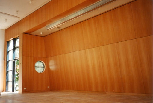 Wandverkleidung für eine Aula