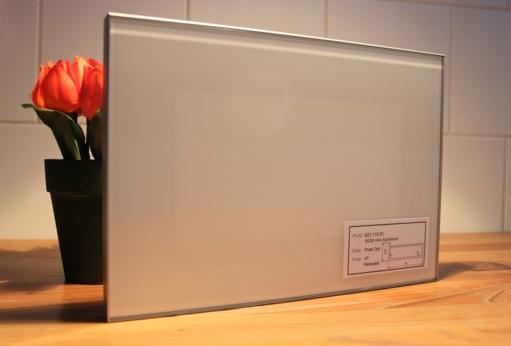 Alurahmentür mit weißer Glasfüllung