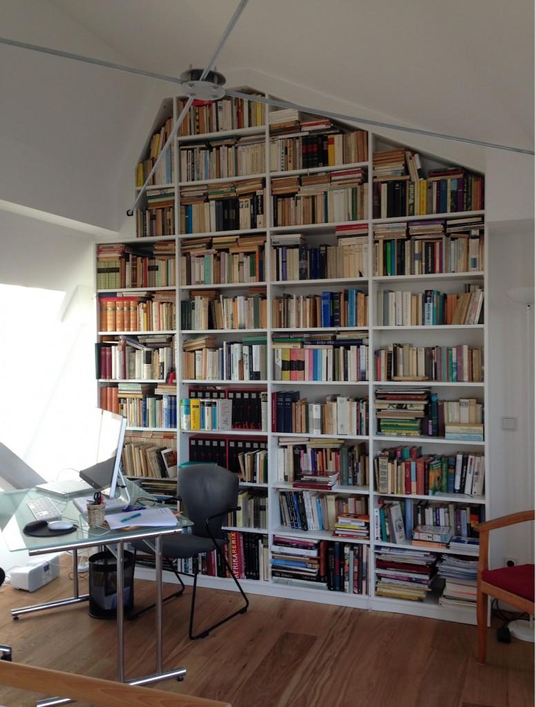 Bücherregal auf einer Dachgeschoss-Galerie